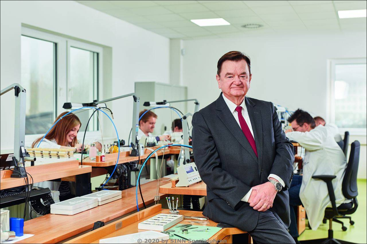 Dipl.-Ing. Lothar Schmidt, Geschäftsführer und Inhaber, Sinn Spezialuhren in der Produktion in Frankfurt am Main